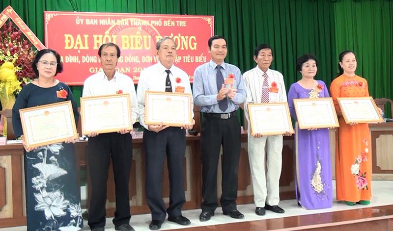 Phó chủ tịch UBND TP. Bến Tre Nguyễn Văn Thương trao giấy khen cho các cá nhân có nhiều đóng góp cho công tác khuyến học, khuyến tài giai đoạn (2016 - 2020).