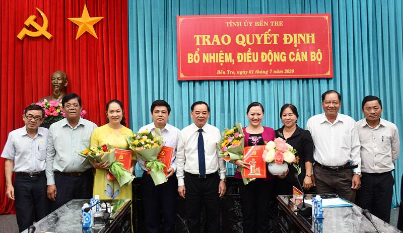 Phó bí thư Thường trực Tỉnh ủy Trần Ngọc Tam trao các quyết định.