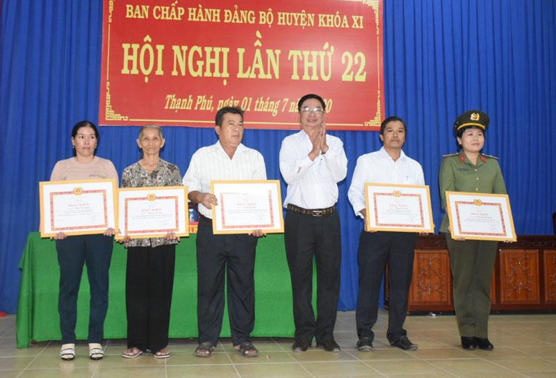 Khen thưởng các đảng viên và tổ chức cơ sở đảng đạt thành tích xuất sắc.