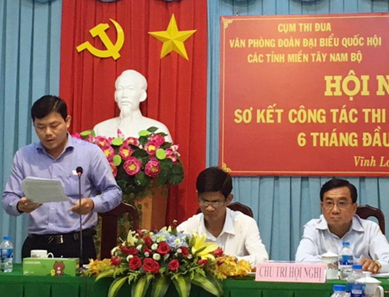 Phó chánh Văn phòng Đoàn ĐBQH tỉnh Bến Tre Nguyễn Văn Tân báo cáo tại hội nghị.