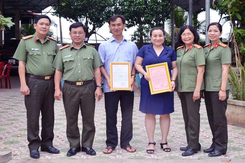 Phó giám đốc Công an tỉnh Bến Tre trao thư cảm ơn cho nhà tài trợ.