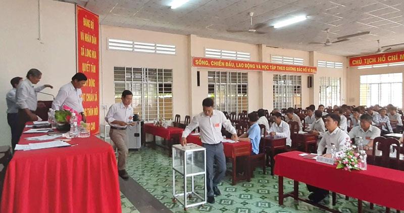 Đại biểu bỏ phiếu bầu bổ sung thành viên HĐQT HTX nông nghiệp Long Hòa.
