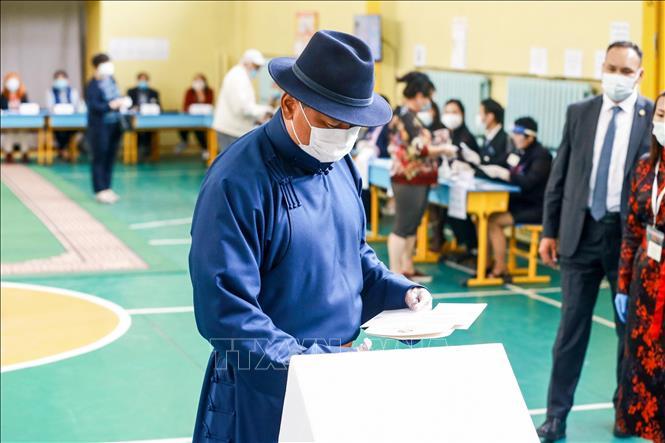 Thủ tướng Mông Cổ Ukhnaa Khurelsukh bỏ phiếu bầu Quốc hội tại điểm bầu cử ở Ulaanbaatar ngày 24-6-2020. Ảnh: AFP/TTXVN