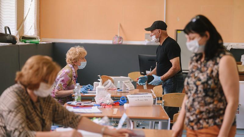 Người dân Nga đi bỏ phiếu về việc sửa đổi Hiến pháp Nga ngày 1-7-2020. Ảnh: Tân Hoa xã