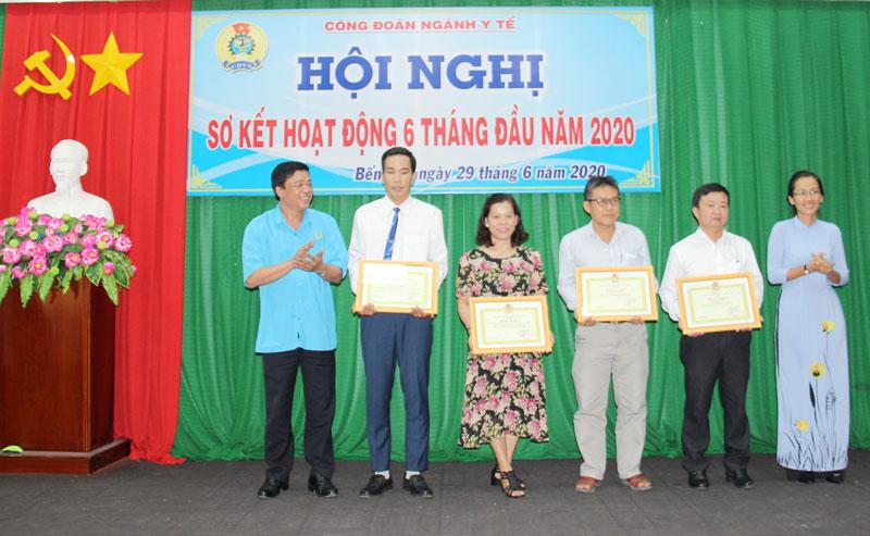 Trao bằng khen của Công đoàn Y tế Việt Nam cho tập thể và cá nhân.