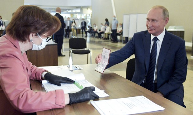 Tổng thống Nga Vladimir Putin đến bỏ phiếu tại một trạm bỏ phiếu ở Moskva. (Nguồn: AP)