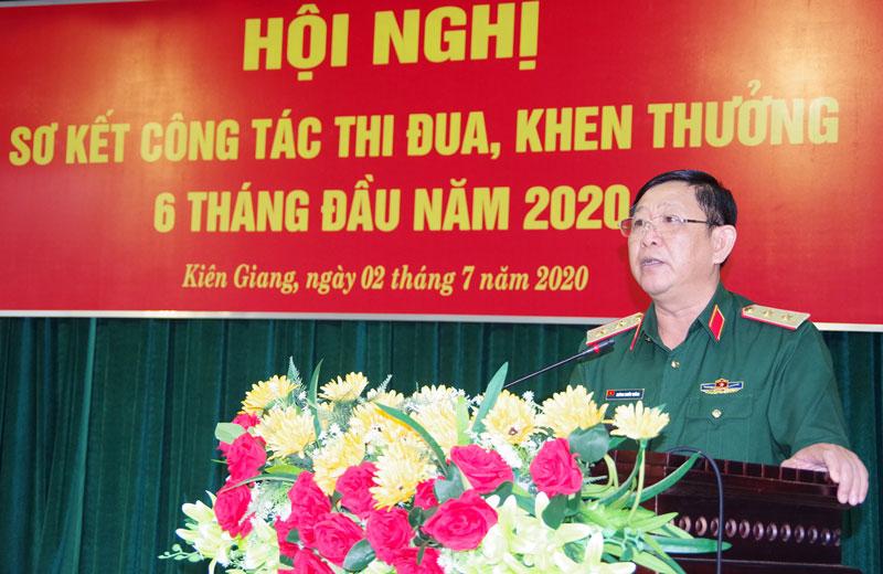 Trung tướng Huỳnh Chiến Thắng - Ủy viên Ban Chấp hành Trung ương Đảng, Bí thư Đảng uỷ, Chính ủy Quân khu phát biểu chỉ đạo hội nghị.