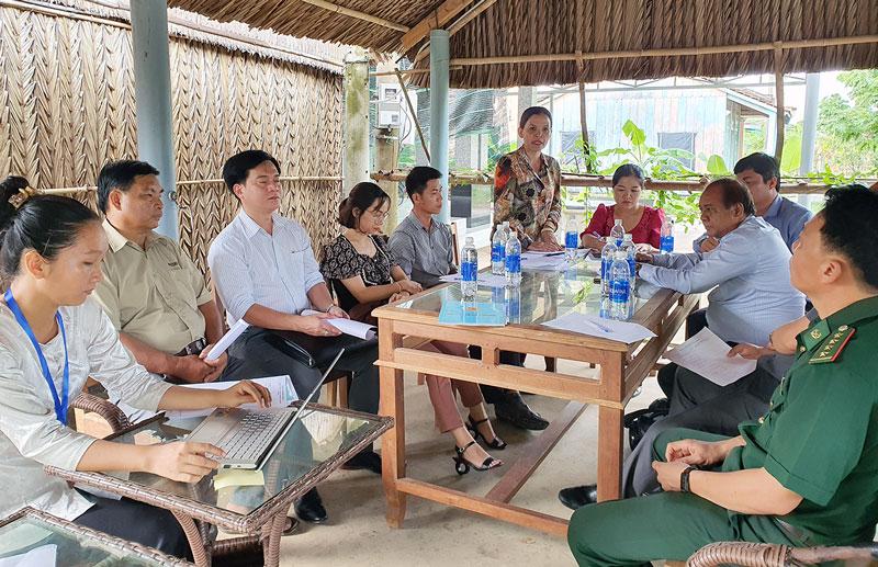Đoàn công tác làm việc tại điểm homestay Cồn Bà Tư.
