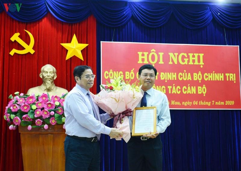 Ông Phạm Minh Chính, Ủy viên Bộ Chính trị, Trưởng ban Tổ chức trung ương trao quyết định chuẩn y ông Nguyễn Tiến Hải làm Bí thư Tỉnh ủy Cà Mau.