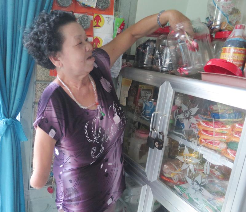Cô Nguyễn Thị Thành ngụ phường 4, TP. Bến Tre kiếm sống bằng nghề bán tạp hóa tại nhà.