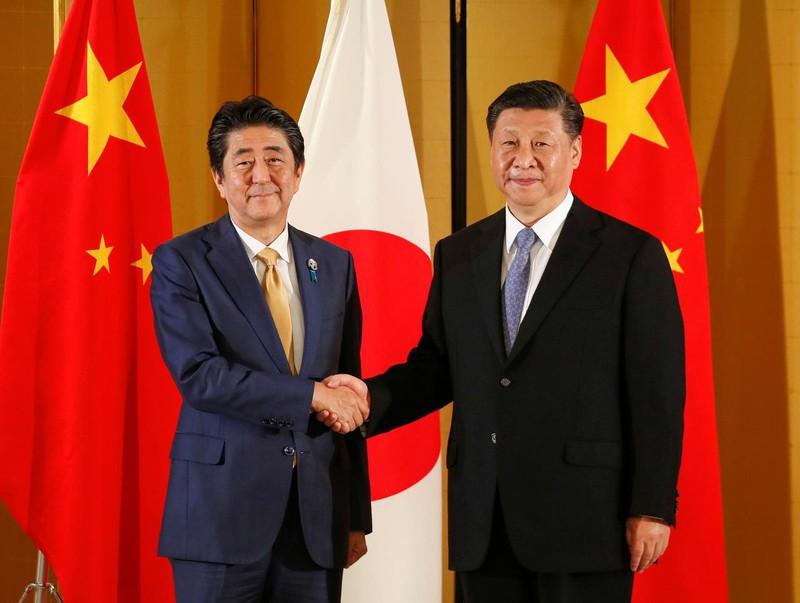 Thủ tướng Nhật Bản Shinzo Abe và Chủ tịch Trung Quốc Tập Cận Bình bắt tay nhau trước thềm Hội nghị Thượng đỉnh G20 ở Osaka, Nhật Bản năm 2019. Ảnh: Reuters