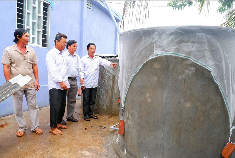 Người dân ấp Thạnh Hưng, xã Mỹ An chủ động xây ống hồ trữ nước mưa.
