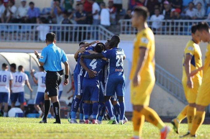 Niềm vui của cầu thủ Quảng Nam khi giành chiến thắng khá chật vật trên sân nhà.