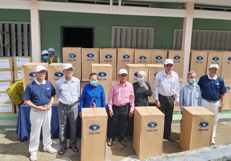 Đại diện Hội từ thiện Tzu Chi và lãnh đạo địa phương trao bộ lọc nước cho bà con huyện Thạnh Phú. Ảnh: Lệ Hằng