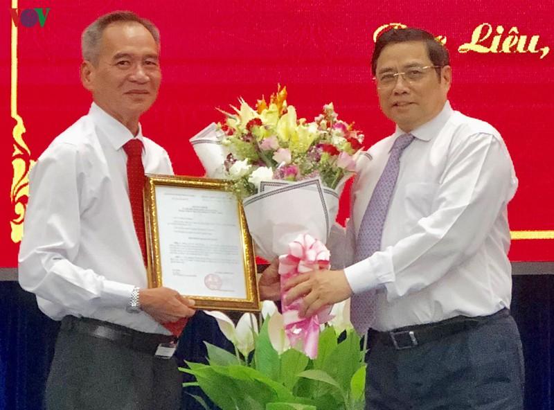 Ông Phạm Minh Chính trao Quyết định của Bộ Chính trị cho ông Lữ Văn Hùng.