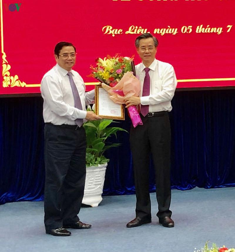 Ông Phạm Minh Chính trao Quyết định của Bộ Chính trị cho ông Nguyễn Quang Dương.