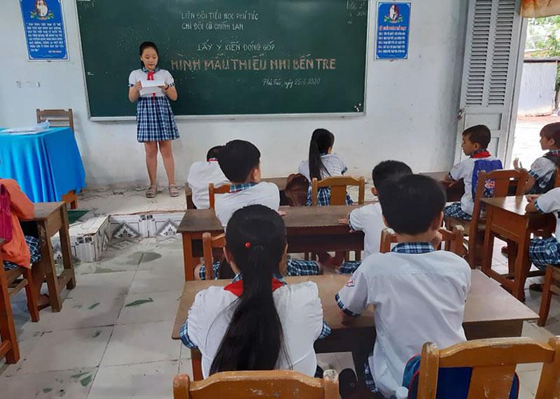 Liên đội trường Tiểu học Phú Túc lấy ý kiến đóng góp. Ảnh: Mỹ Xuyên