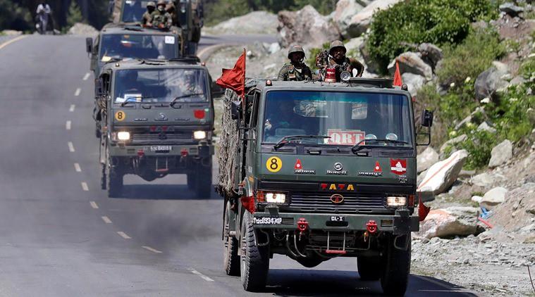 Đoàn xe của Lục quân Ấn Độ trên đường cao tốc dẫn tới khu vực Ladakh (Ảnh: Reuters).