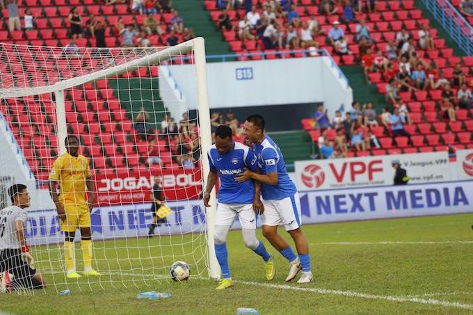 Niềm vui của cầu thủ Than Quảng Ninh khi giành chiến thắng chung cuộc