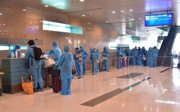 Khoảng 16h40 ngày 5-7, cảng hàng không quốc tế Cần Thơ đón chuyến bay số hiệu VN 672 đưa 309 công dân Việt Nam từ Malaysia về nước. (Ảnh minh họa: Thái Lũy/Báo Tuổi trẻ)