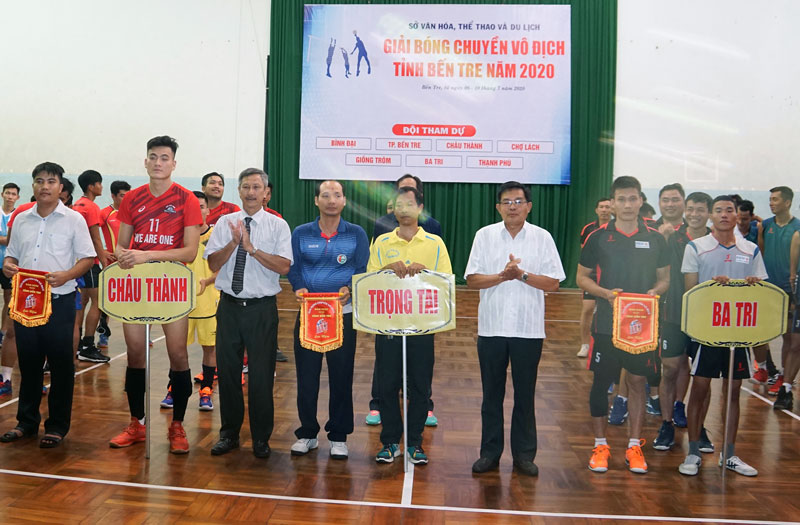 Ban tổ chức trao cờ lưu niệm cho các đội tham dự.
