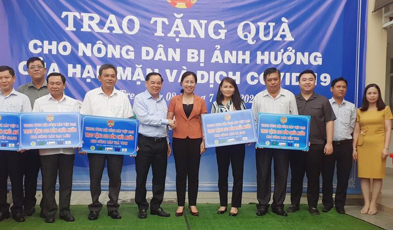 Trung ương Hội Nông dân Việt Nam trao tặng bồn chứa nước cho các địa phương