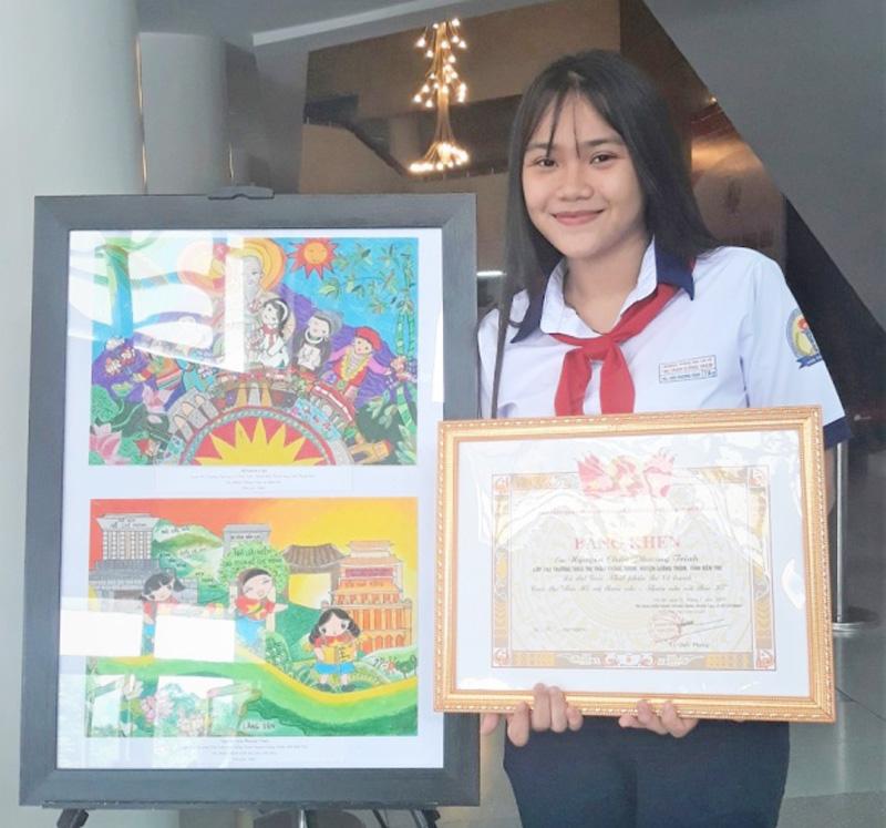 Em Nguyễn Châu Phương Trinh bên cạnh bức tranh đạt giải.