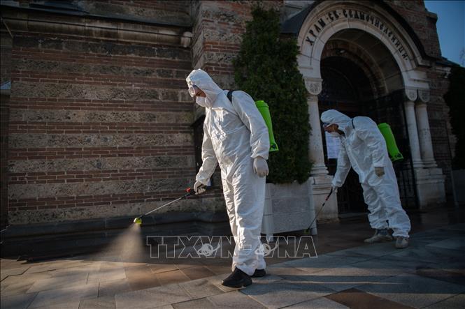 Lực lượng chức năng phun thuốc khử trùng nhằm ngăn dịch COVID-19 lây lan tại thủ đô Sofia, Bulgaria ngày 11/4. Ảnh: AFP/TTXVN