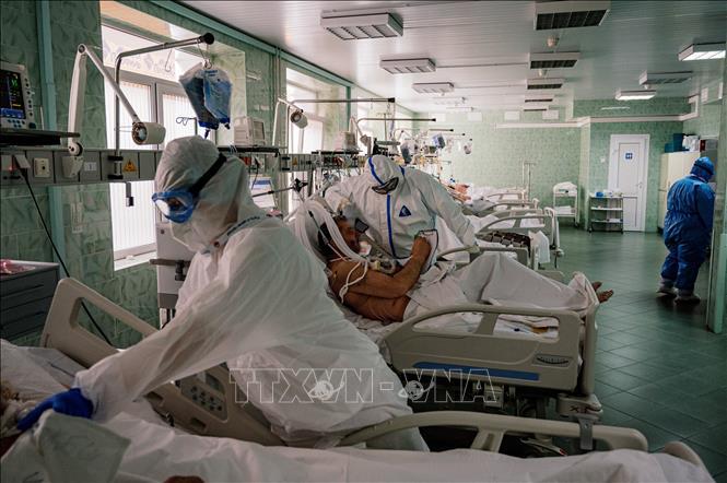 Nhân viên y tế điều trị cho bệnh nhân COVID-19 tại bệnh viện ở Moskva, Nga, ngày 17/5. Ảnh: AFP/TTXVN