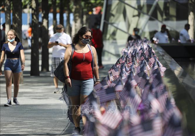 Người dân đeo khẩu trang phòng lây nhiễm COVID-19 tại New York, Mỹ ngày 4/7. Ảnh: THX/TTXVN