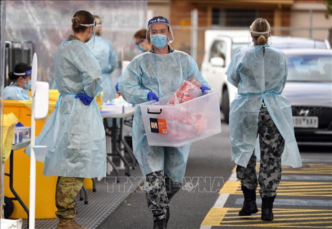 Nhân viên y tế làm nhiệm vụ tại một điểm xét nghiệm COVID-19 tại thành phố Melbourne, bang Victoria, Australia ngày 2/7. Ảnh: AFP/TTXVN