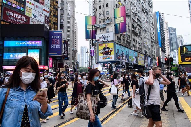 Người dân đeo khẩu trang phòng lây nhiễm COVID-19 tại Hong Kong, Trung Quốc ngày 13/5. Ảnh: AFP/TTXVN