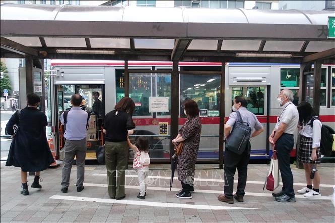 Người dân đeo khẩu trang phòng lây nhiễm COVID-19 tại Tokyo, Nhật Bản ngày 3/7. Ảnh: THX/TTXVN