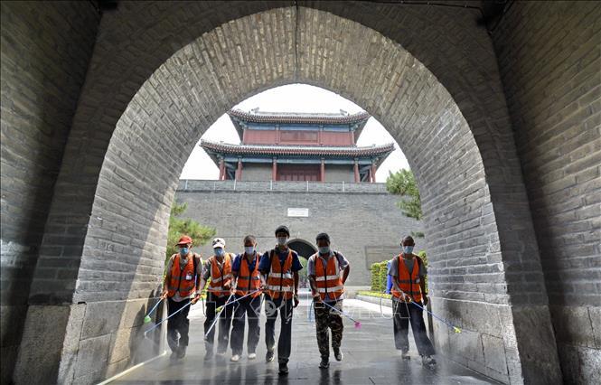 Phun thuốc khử trùng nhằm ngăn chặn sự lây lan của COVID-19 tại Bắc Kinh, Trung Quốc ngày 4/7. Ảnh: THX/TTXVN