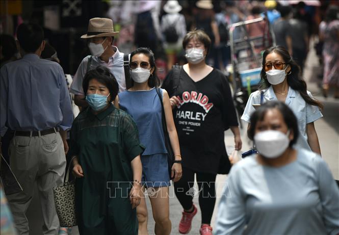 Người dân đeo khẩu trang phòng lây nhiễm COVID-19 tại Seoul, Hàn Quốc ngày 23/6. Ảnh: AFP/TTXVN