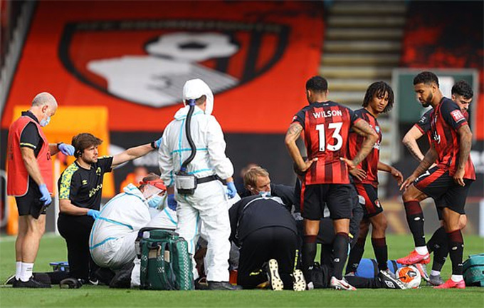 Hậu vệ Smith của Bournemouth dính chấn thương và phải rời sân bằng cáng