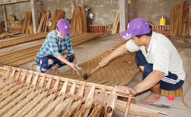 Thảm dệt từ chỉ xơ dừa được sử dụng như một sản phẩm ứng phó với biến đổi khí hậu.