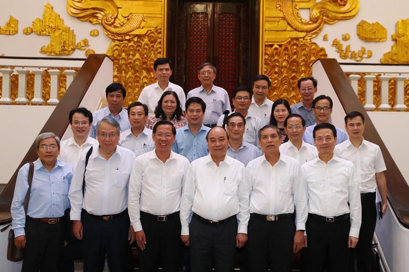 Thủ tướng Nguyễn Xuân Phúc chụp ảnh lưu niệm cùng lãnh đạo chủ chốt tỉnh. Ảnh: TTXVN