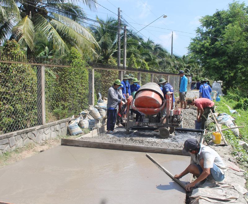Chiến sĩ tình nguyện tham gia xây dựng giao thông nông thôn. Ảnh: T.Lập