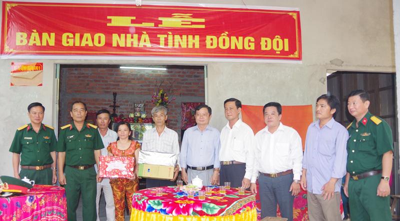Trao nhà và tặng quà cho gia đình chính sách huyện Mỏ Cày Nam. Ảnh: Đặng Thạch
