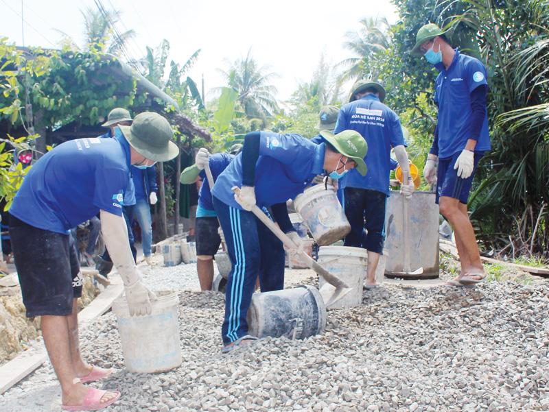 Thanh niên tình nguyện tham gia xây dựng nông thôn mới tại xã Sơn Hòa (Châu Thành). Ảnh: T. Lập