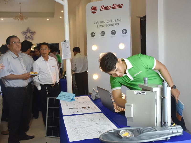 Doanh nghiệp giới thiệu thiết bị lắp đặt điện mặt trời mái nhà cho khách hàng.