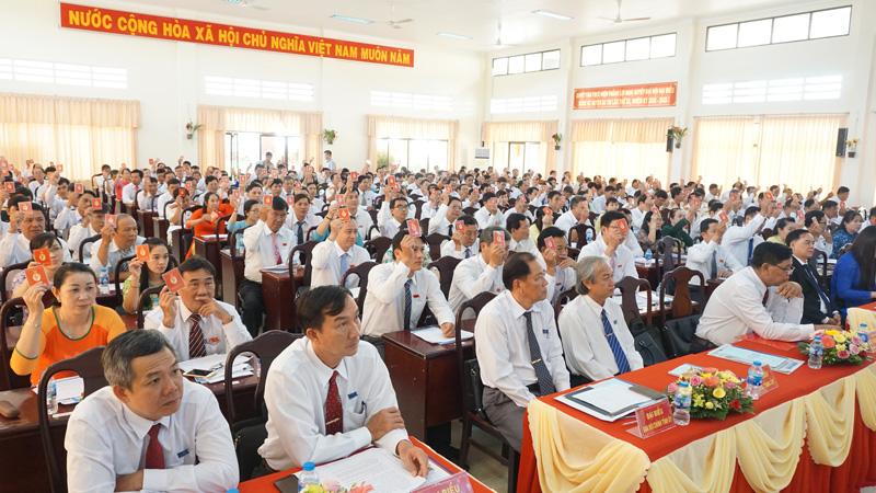 Các đại biểu tham gia biểu quyết các nội dung quan trọng tại Đại hội đại biểu Đảng bộ huyện Ba Tri, nhiệm kỳ 2020 - 2025. Ảnh: Quốc Hùng