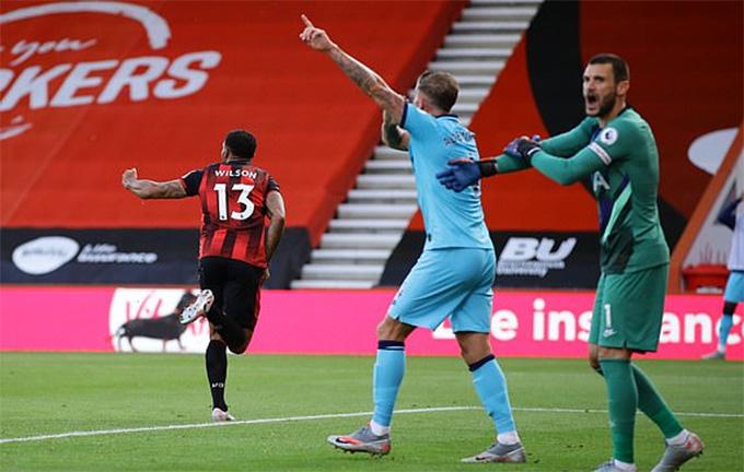 Wilson đã chọc được thủng lưới Tottenham nhưng trọng tài không công nhận bàn thắng