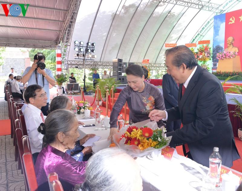 Chủ tịch Quốc hội tặng hoa mẹ Việt Nam anh hùng.
