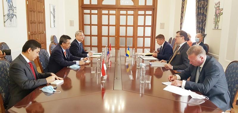 Đại sứ Việt Nam tại Ukraine Nguyễn Anh Tuấn và các đại sứ ASEAN tại buổi làm việc với Ngoại trưởng Ucraina Dmytro Kuleba