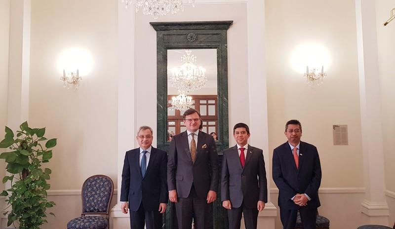 Ngoại trưởng Ucraina Kuleba và các đại sứ ASEAN chụp ảnh lưu niệm.