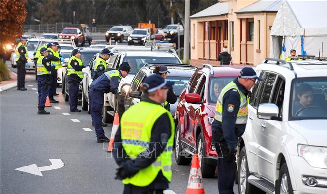 Cảnh sát kiểm tra các phương tiện tại Victoria, Australia, ngày 8/7/2020 trong bối cảnh dịch COVID-19 lan rộng. Ảnh: AFP/ TTXVN