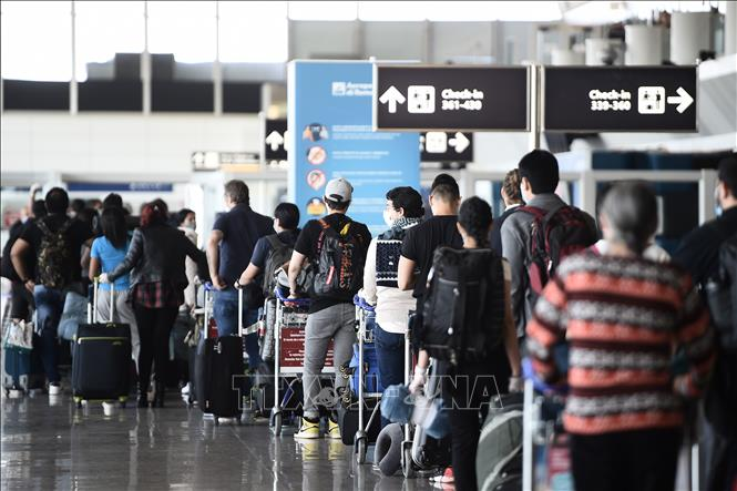 Hành khách chờ làm thủ tục tại sân bay Fiumicino ở Rome, Italy ngày 3/6. Ảnh: AFP/TTXVN