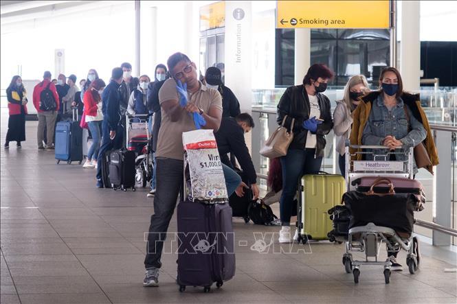Hành khách tại sân bay Heathrow ở thủ đô London, Anh, ngày 8/6. Ảnh: THX/TTXVN